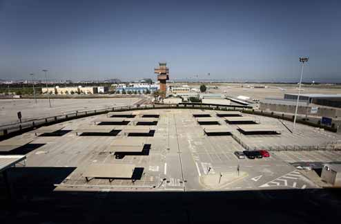 Imatge de l'aparca- ment buit i de la torre de control tancada de la T2 de l'aeroport del Prat