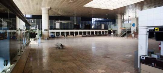 La terminal 2A del  Prat, obra de Bofill i  emblema de l'aeroport dels Jocs  Olímpics del 92, roman tancada des  de fa anys  (Robert Bonet)