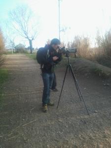 Jove partticipant mirant pel telescopi (Gabri Mochales)