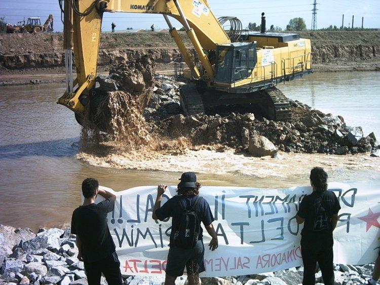 15 de setembre del 2004: moment en que es connectava la nova desembocadura del riu Llobregat (Font: Joan Montblanc)